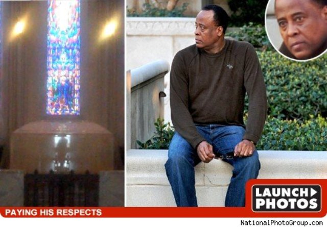 Michael Jackson's doctor Conrad Murray visits Forest Lawn